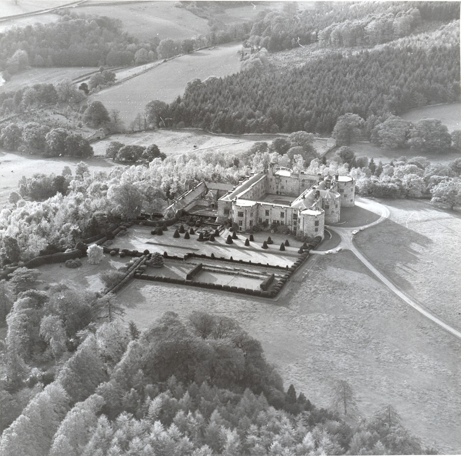 PH-C-14-7 - Arial views of Chirk Castle (30 Oct 1980)