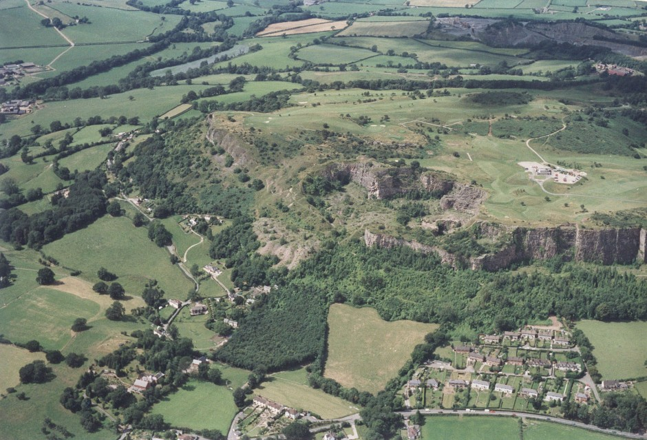 PH-L-19-12b - Aerial view of Llanymynech, Golf Course and Pant 1992