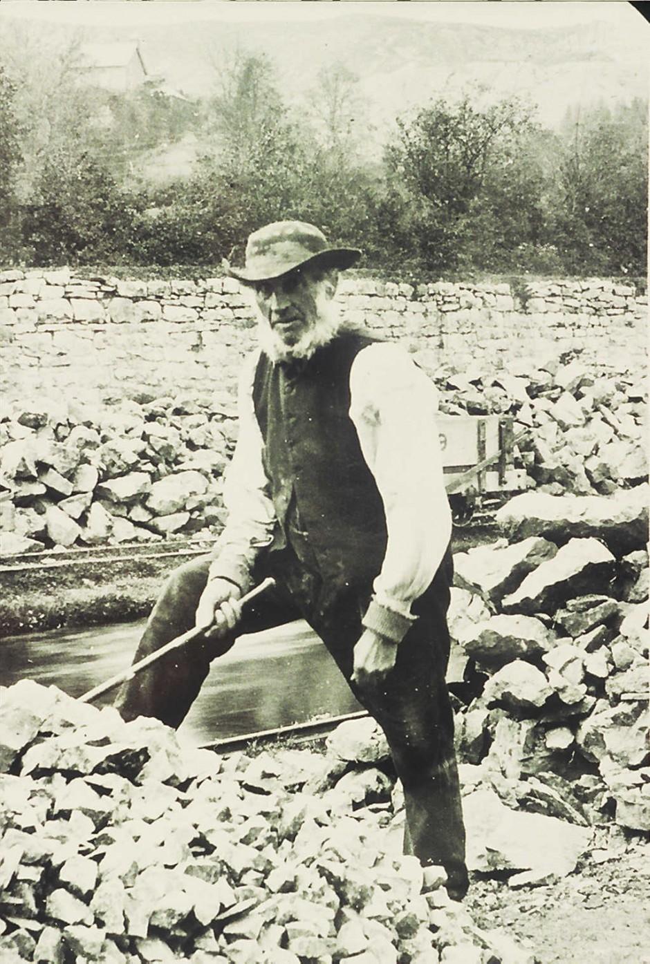 NM-L-19-24 - John Roberts, foreman, grading limestone