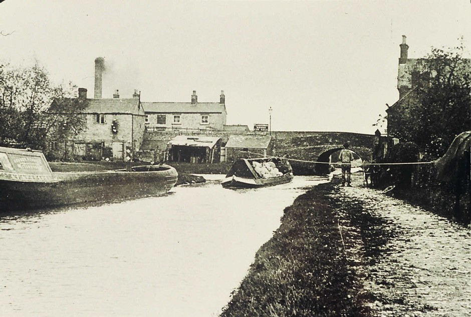 NM-L-19-50 - Llanymynech village canal bridge No 92