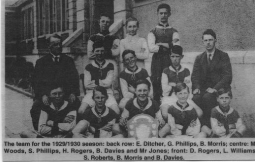 PH-O-5-15-106 - Young football team 1929 - 1930