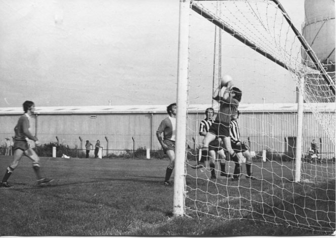 PH-O-5-15-54 - Lokier & Peters challenge Brighton's keeper - 1973