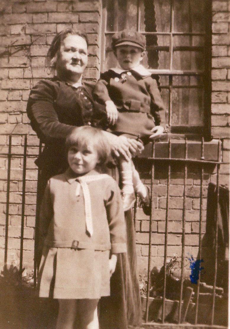 Watkins FH - 12a - Margaret Bates & g-children